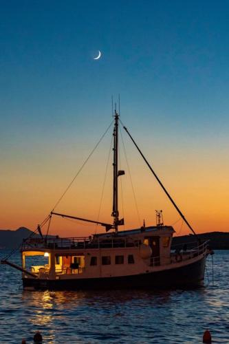 Now 528,500.00 USD!! Recent Price Reduction of $100kDiesel Duck at anchor in the Med