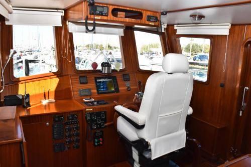 LeeZe Diesel Duck Trawler Pilot Hous looking foward Starboard