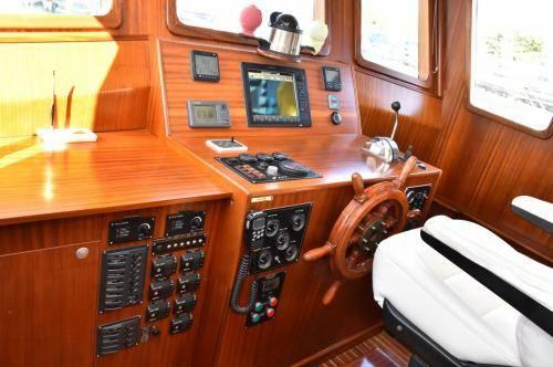 LeeZe Diesel Duck Trawler Pilot House Electronics layout
