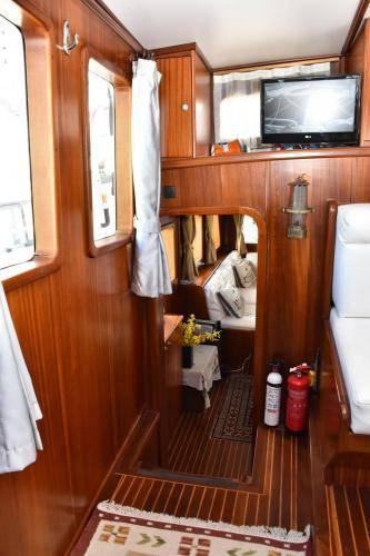 LeeZe Diesel Duck Trawler Pilot House_Saloon