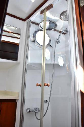 LeeZe Diesel Duck Trawler Shower2