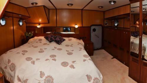 LeeZe Diesel Duck Trawler Master Cabin looing aft Panorama