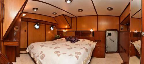 LeeZe Diesel Duck Trawler Master Cabin looking aft 2 Panorama