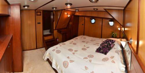 LeeZe Diesel Duck Trawler Master Cabin looking forward Panorama