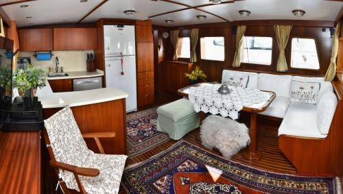LeeZe Diesel Duck Trawler Saloon-galley Panorama