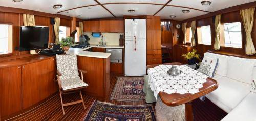LeeZe Diesel Duck Trawler Saloon Galley 2 Panorama