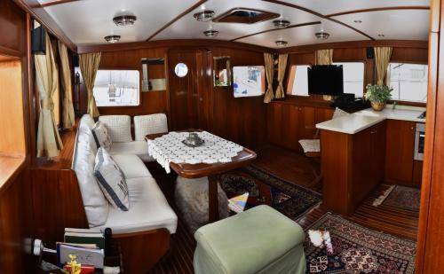 LeeZe Diesel Duck Trawler Saloon looking aft
